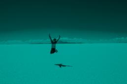 Vrouw springt op woestijn