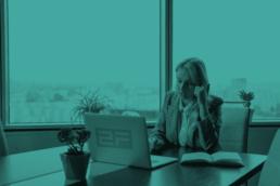 vrouw werkend achter laptop kantoor